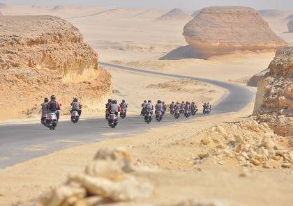 road trip moto dans la vallée des rois en égypte